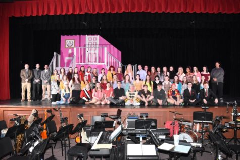 Entire cast of Legally Blonde poses for picture after tech week practice
